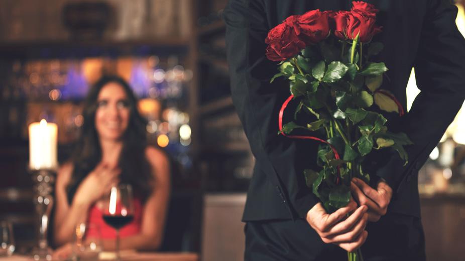 Mann schenkt Blumen