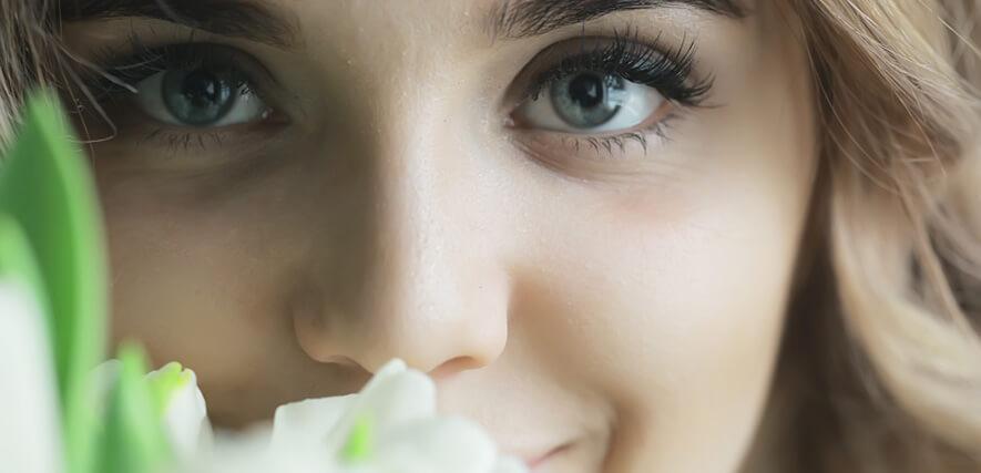 Frau mit Blumen zum 8. März