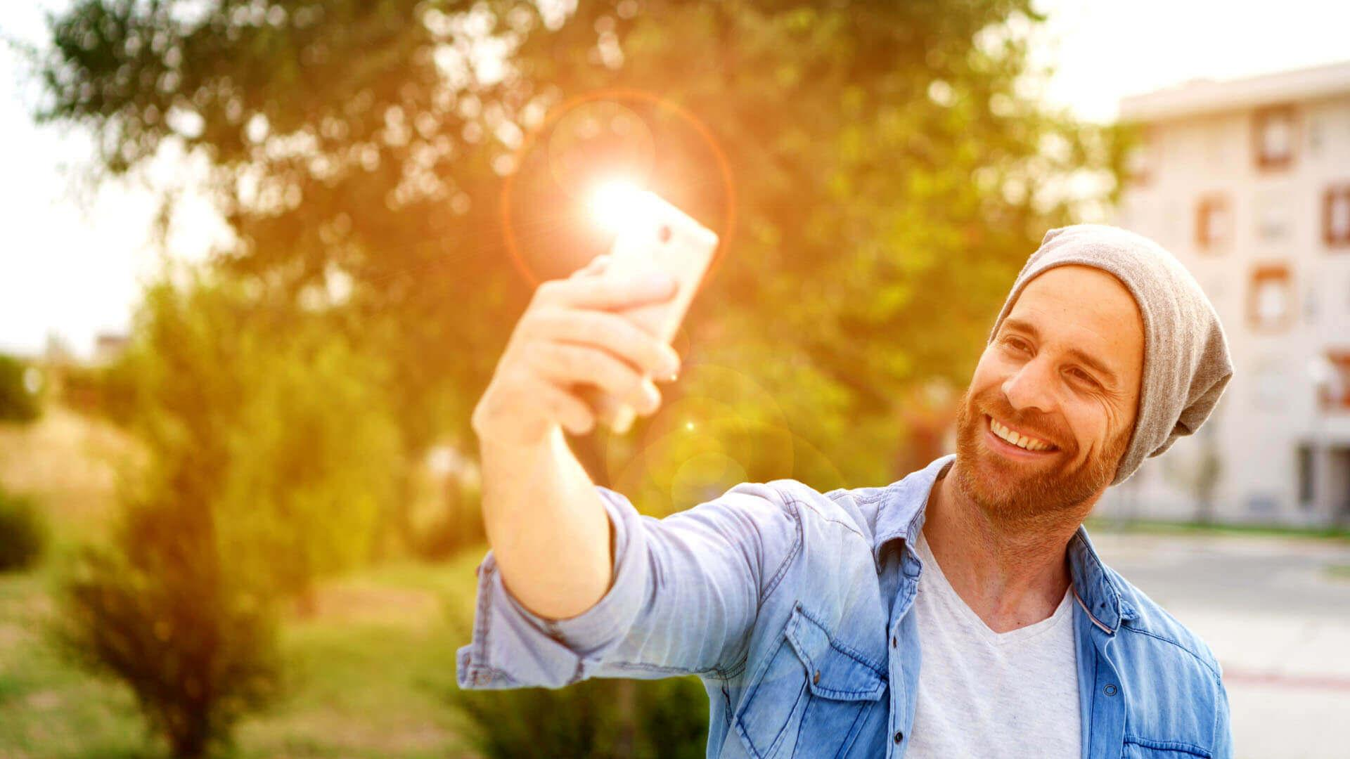 Mann macht ein Selfie