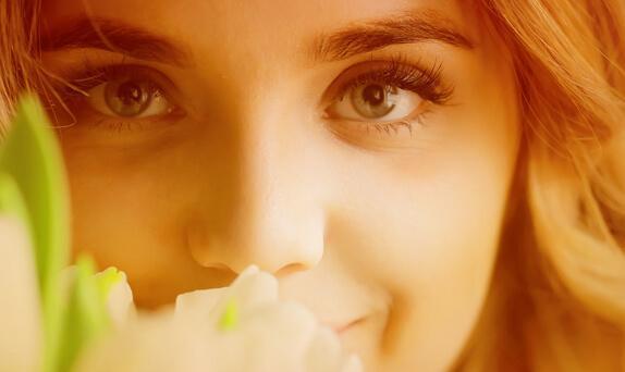 Dame mit Blumen zum Weltfrauentag